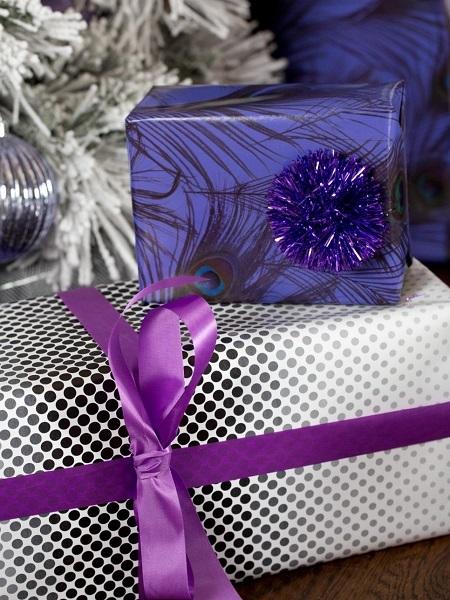 11-exemplu impachetare cadouri asortate unui pom de Craciun decorat in alb violet gri si argintiu