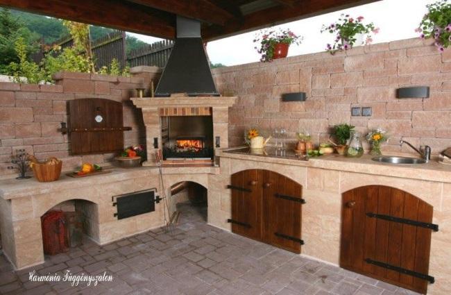 11-idee bucatarie de vara frumoasa mobila zidita cu cuptor plita gratar si chiuveta