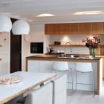11-insula de bucatarie cu plita chiuveta si loc de luat masa