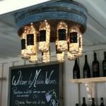 11-lustra DIY confectionata dintr-un fund de butoi sticle de vin si instalatie de pom