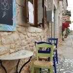 11-masuta cocheta terasa amenajata pe un trotuar ingust Kardamili Grecia