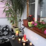 11-masuta de cafea si un fotoliu amplasate intr-un balcon mic de apartament
