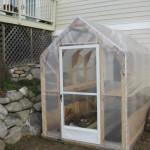 11-model sera mica structura lemn acoperita cu folie de plastic construita langa casa