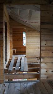 11-montarea pardoselii din lemn la mansarda casei construite din popi de lemn