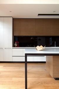 11-panou decorativ din sticla neagra bucatarie moderna cu mobila alba si maro