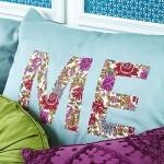11-pernute decorative cu imprimeu colorat decor dormitor amenajat in culorile verii