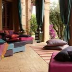 11-pernute decorative de podea asezate pe terasa amenajata in stil oriental