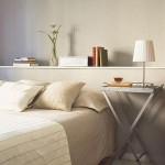11-polita alba montata pe peretele din gips carton de la capul patului