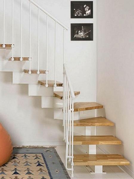 11-scara interioara circulara compacta schelet metalic trepte din lemn casa mica