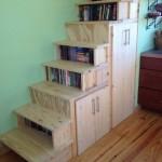 11-scara interioara cu rafturi pentru carti si dulapuri pentru haine casa mica din lemn 65 mp