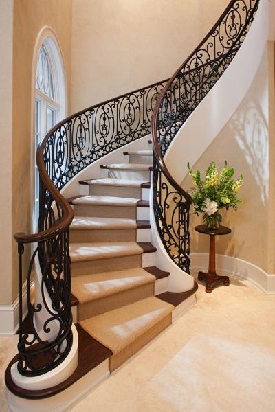 11-scara interior curbata cu trepte din lemn si balustrade din fier forjat design elegant