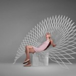 11-scaun din acril alb in forma cozii de paun design Uufie