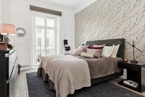 11-tapet decorativ cu imprimeu vegetal si mobila neagra in amenajarea unui dormitor scandinav