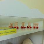 11-trenulet din lemn si carte cu povesti decor biblioteca din camera bebe