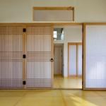11-usi glisante pliante din lemn ce separa dormitorul de living
