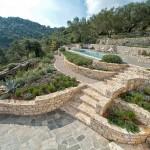 12-amenajare terasata cu piatra naturala a curtii vilei de vacanta Iriti insula Corfu