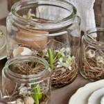 12-aranjamente rustice cu flori de primavara si oua de prepelita asezate in cuiburi de iarba uscata
