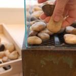 12-aranjarea pietricelelor pe plasa metalica din interiorul semineului decorativ portabil
