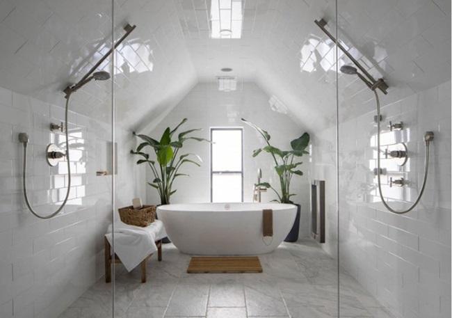 12-baie frumoasa mansarda finisata in alb cu cada stativ