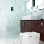 12-baie minimalista finisata cu placi de marmura alba