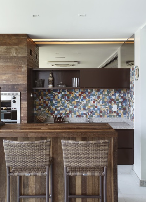 bucatarie compacta mica lemn cu mozaic colorat