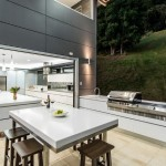 12-bucatarie exterioara mobilier alb minimalist amenajata pe terasa in continuarea bucatariei de interior