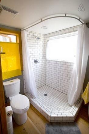 12-cabina de dus spatioasa cu cadita inzidita baie casa mica din lemn SUA
