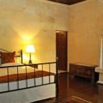 12-camera amenajata in interiorul unei pesteri din stanca hotel yunak evleri cappadocia turcia