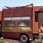 12-camion inainte sa fie extins pentru a arata ca un castel