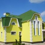 12-casa cu acoperis verde mediu si fata zugravita in galben si alb