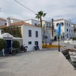 12-case frumoase langa portul vechi din Spetses Grecia
