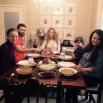 12-cei 5 membri ai familiei in diningul casei construite prin forte proprii