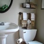12-cosuri metalice si port prosop deasupra vasului wc din baie
