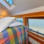 12-dormitor luminos amplasat in mansarda casei mici din lemn de 42 mp