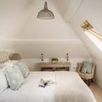 12-dormitor mic si cochet amenajat in mansarda casutei din piatra
