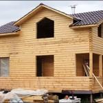 12-exterior casa mica din lemn construita din popi de lemn imbinati in sistem lego