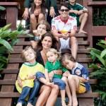 12-familia novogratz parintii si cei 7 copii pe treptele cabanei din lemn din brazilia