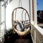 12-fotoliu balansoar agatat de tavan montat intr-un balcon mic