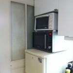 12-frigiderul si cuptorul cu microunde inainte de renovarea si redecorarea bucatariei