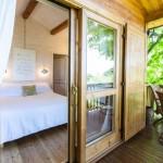 12-iesire din dormitor pe terasa suspendata casuta din lemn Aromantica Monferrato Italia