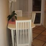 12-loc de luat masa din bucatarie dotat cu o masa si trei scaune