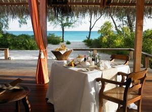 12-loc de luat masa pe terasa din fata casei de vacanta din insula Vamizi