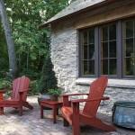 12-loc relaxare exterior casa mica din piatra construita in stil Tudor