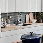 12-mobila alba cu blat din lemn natur si faianta neagra decor bucatarie moderna amenajata in stil scandinav