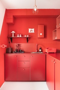 12-mobila rosie bucatarie asezata pe fundalul unnui perete rosu