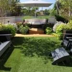 12-mobilier gradina asezat pe gazonul sintetic din curte sau terasa