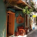 12-o casa cu bancuta si obloane din lemn pe o strada din Nafplio