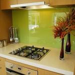 12-panou decorativ din sticla vernil bucatarie moderna cu mobilier in furnir de lemn