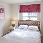 12-pat asezat la fereastra unui dormitor mic