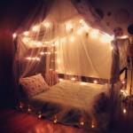 12-pat cu baldachin si instalatie de brad decor dormitor romantic